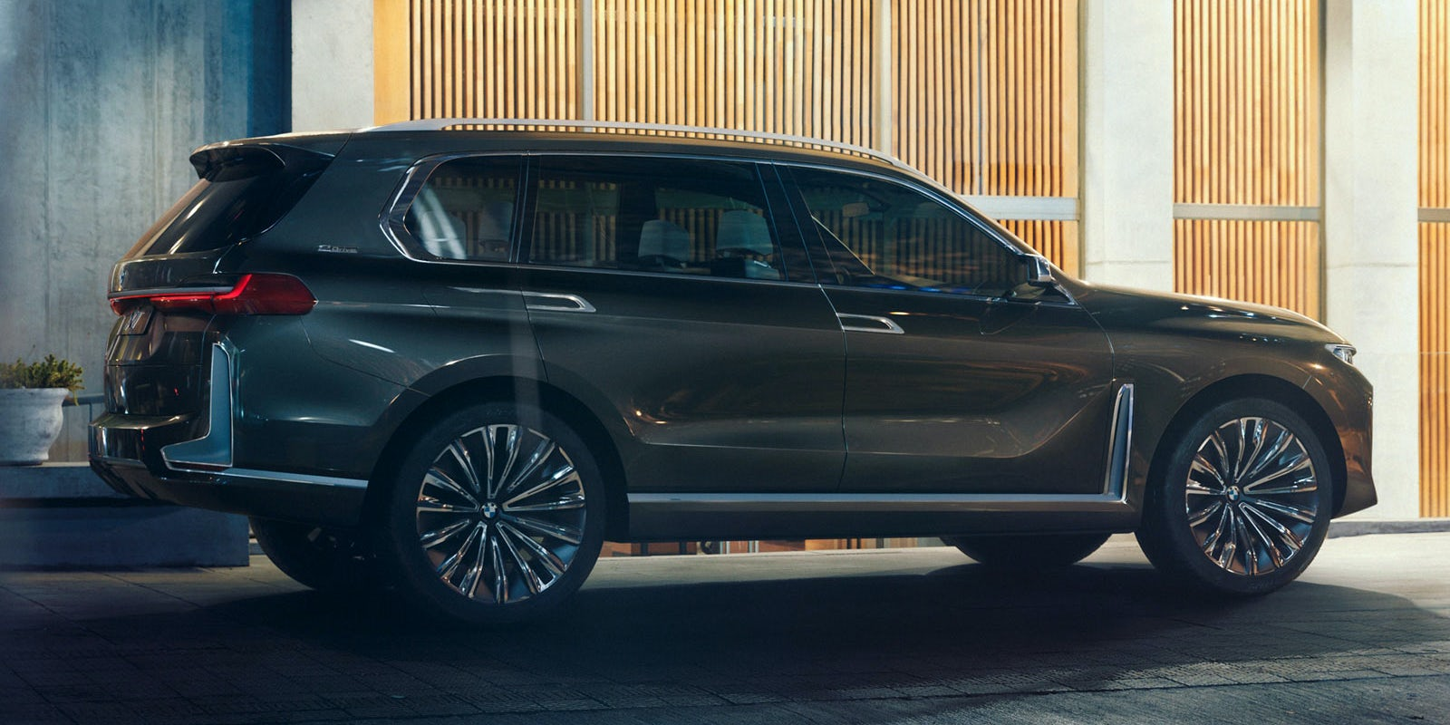 BMW X7 Side View