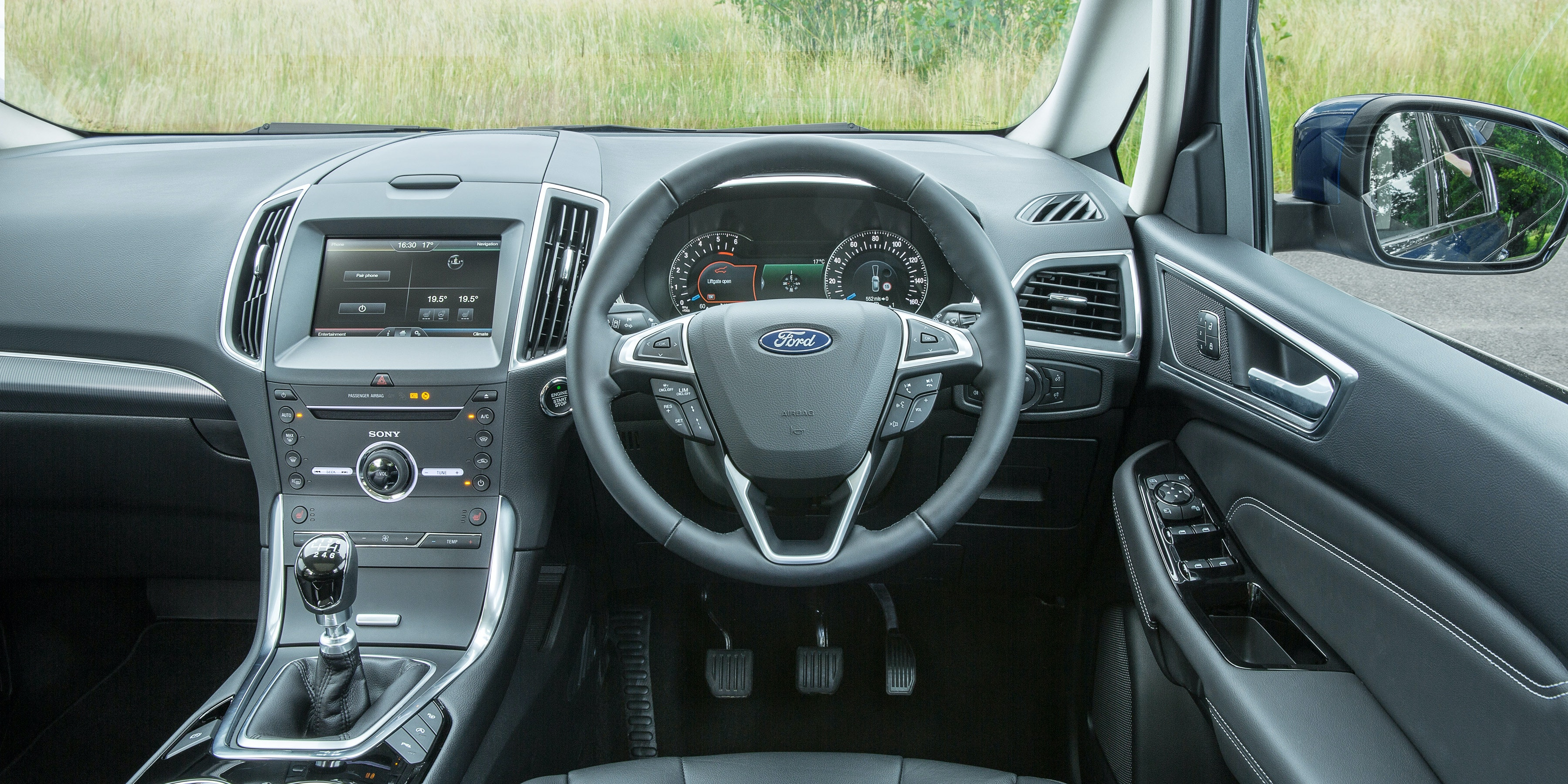 The S-Max's dashboard is very similar to the Mondeo's
