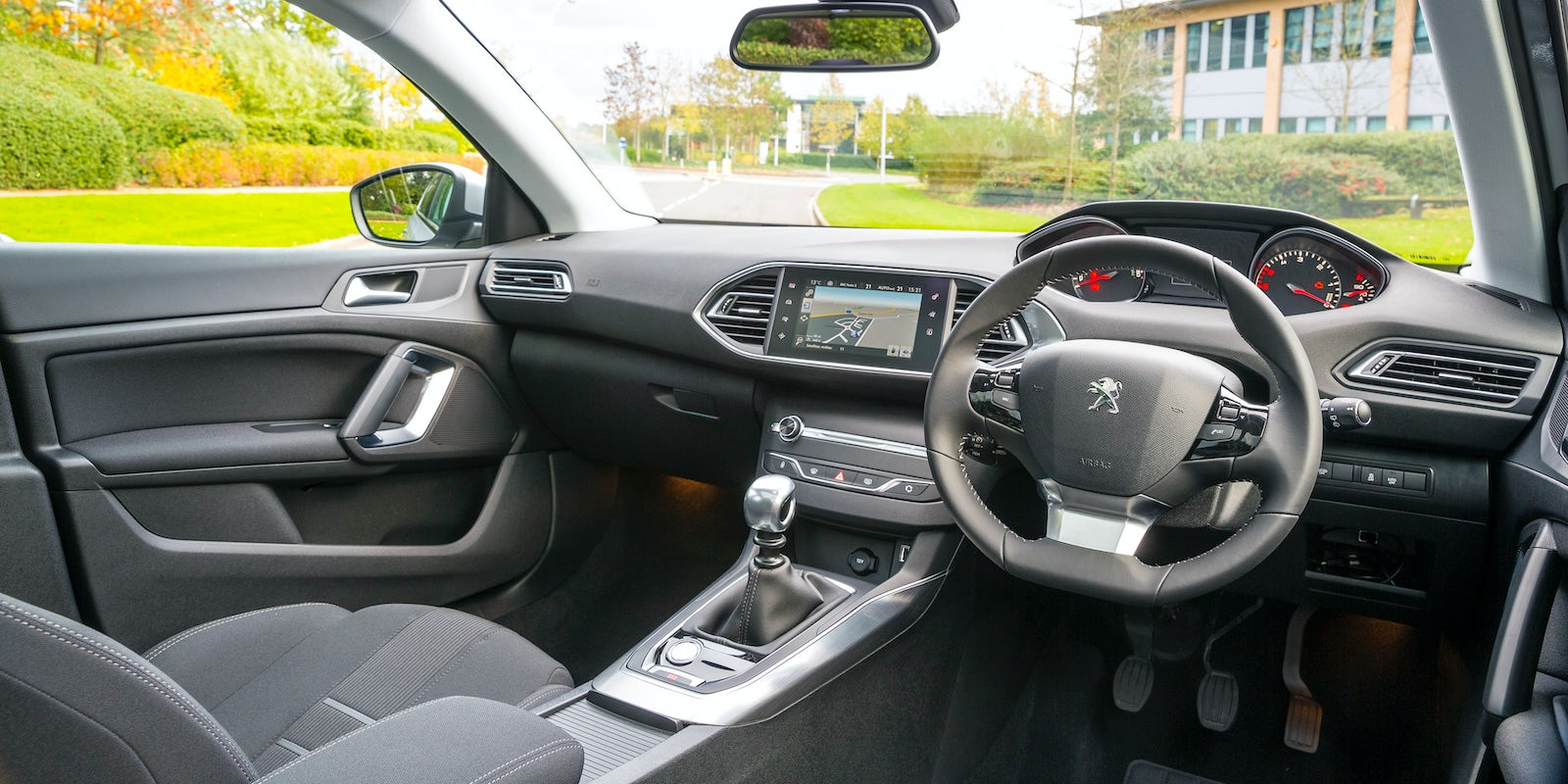 Peugeot 308 review carwow for Interior peugeot 308